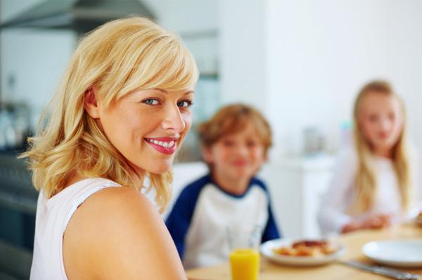 mom-having-breakfast-with-kids